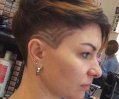 стрижка женская с элементами Hair tattoo